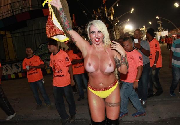 Sabrina Boing Boing mostra os peitos no Carnaval 2015